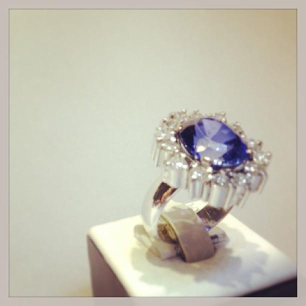 anel-em-ouro-branco-brilhantes-e-tanzanita-vecchio-joalheiros